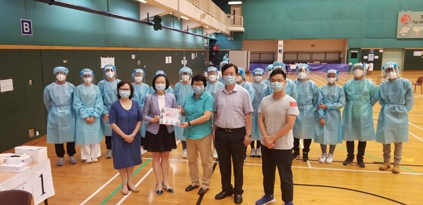 食物及衞生局局長陳肇始教授和香港護理專科學院院長車錫英教授感謝前線護士
